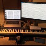 De muziekschrijver werkt thuis